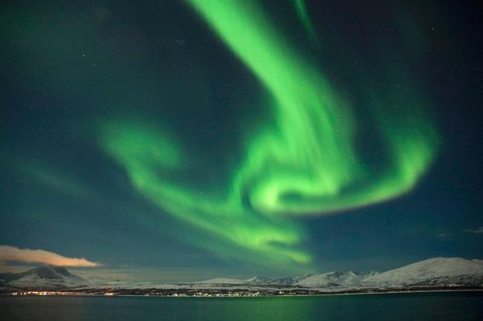 """Fra fotokonkurransen """"Tidenes Tromsø-bilde"""". JANUARNATT Nordlyset danser over Kvaløya, sett fra Tromsøya.     Foto: Kai-Marius Pedersen"""
