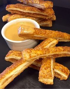 Dessa äppelpaj stripsen är såååå frasiga och goda och du får till dem på nolltid. Ett trevligt och annorlunda alternativ att bjuda äppelpaj på. Speciellt med koladippa.. Mmmm..