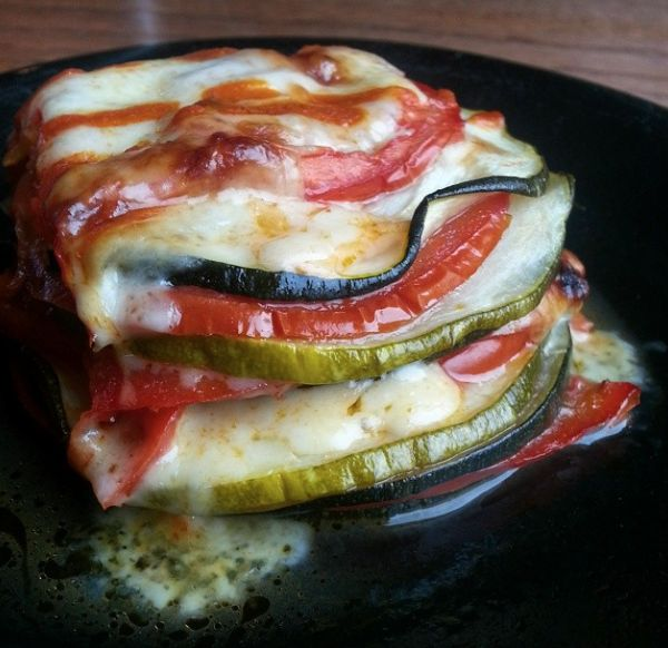 Cheesy Zucchini Tomato Bake Only 3 Points a serving!  Recipe -> http://greenlitebites.com/2014/08/01/cheesy-zucchini-tomato-bake/