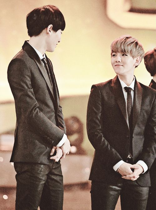 what a cute pict. for the first time in my life, i ship this two. #BaekYeol <3