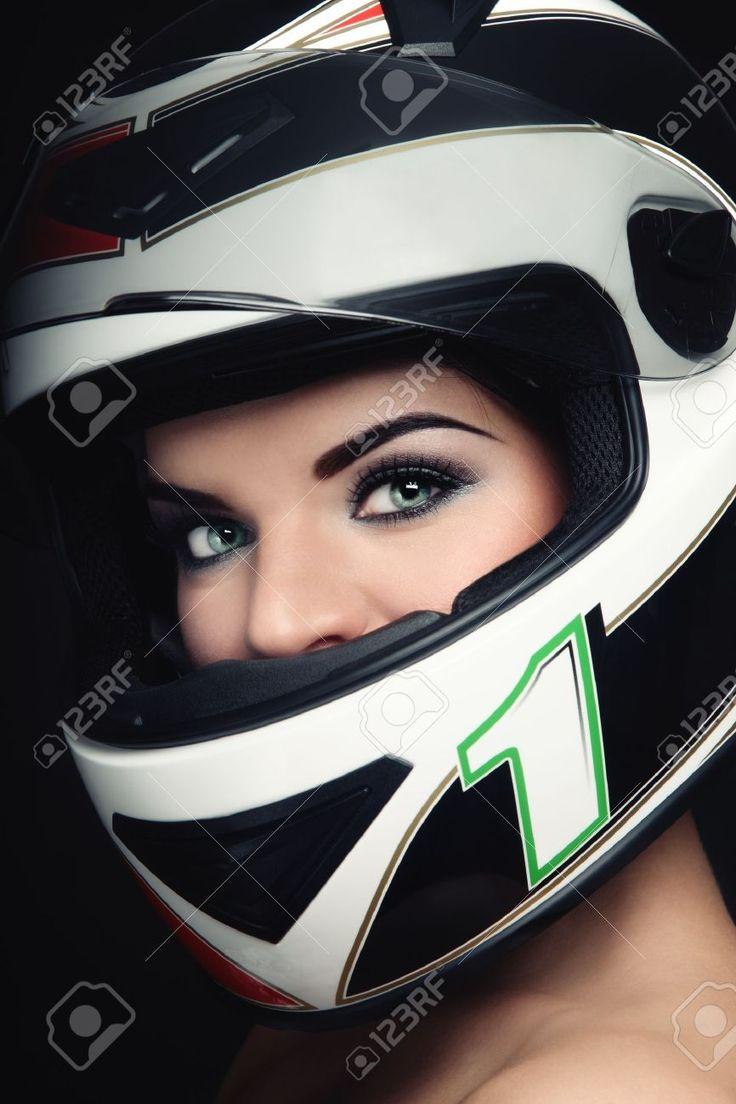 8786060-Ritratto-di-Close-up-di-bella-donna-con-il-trucco-elegante-casco-biker-Archivio-Fotografico.jpg (866×1300)