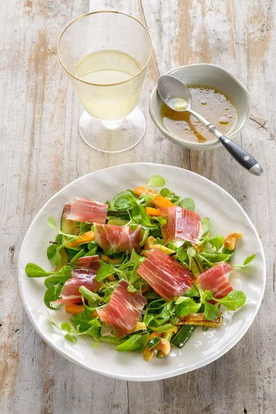 Ingredients for 4 people 100gIberian Ham100g zucchini,cut into thin strips50g pumpkin, cut in thin stripsPinch oftarragon200g canons30gof roasted cashew For the vinaigrette: 1 TSP mustard1 TBSP grape juice2 TBSP wine vinegar5TBSPextra virgin oil Method Open the ham and remove it from their packagingfor it totake temperature. Heat a pan with oil and saute zucchini and pumpkin.They should be al dente. Perfumeitwith tarragon and reserve. Wash the canons in cold water and drain them…