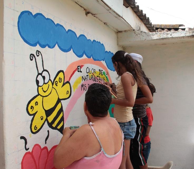 Todos pintando el muro en Dagua