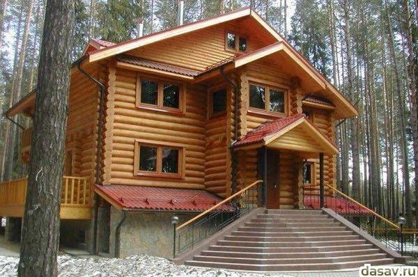 Деревянные дома из оцилиндрованного бревна и лафета с красивой лестницей