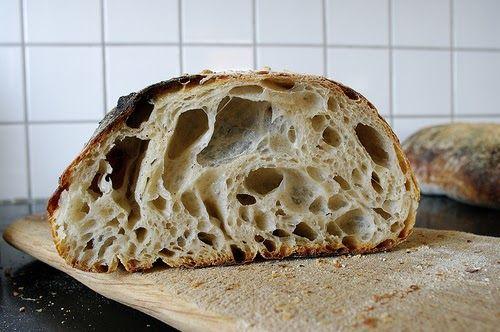Det här är mitt bästa bröd just nu. Det är håligt, segt och har mycket smak. Precis som jag vill ha det. Jag fick baka många gånger innan j...