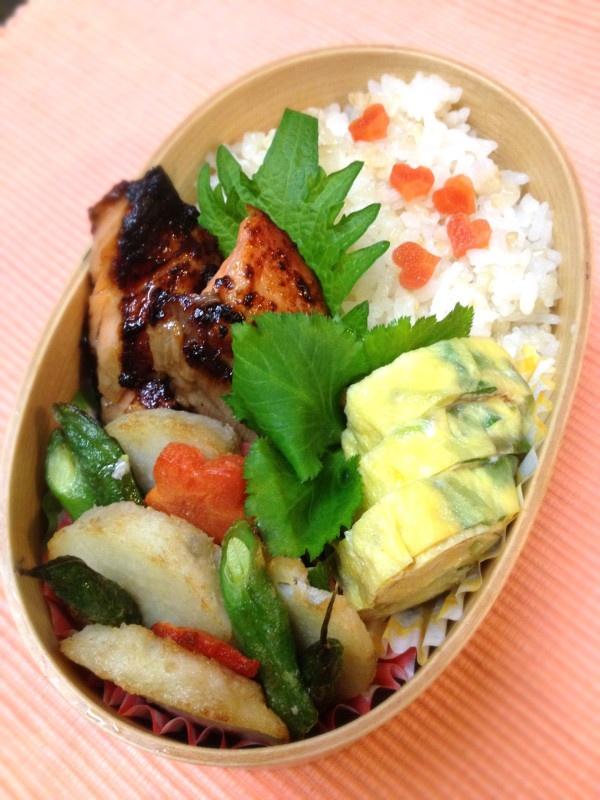 Twitter from @Izumi Kumasaka いろんな事が佳境を迎え、寝る暇もないはずなのに、アッサリ寝落ち。尚更ぱつんぱつん。 神様、私にチカラを♡ 本日のお弁当■鮭の西京漬焼、三つ葉の卵焼き、里芋とインゲンの焼きサラダ #obentoart #obento #wmjp