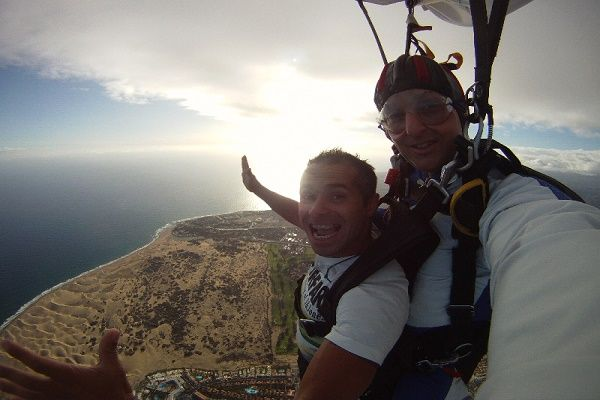 Paragliding, Parachuting and Skydiving in Gran Canaria   More info: http://www.whatsoningrancanaria.com/air-sports/  #parachute #skydive #paragliding #parachuting #parapente #grancanaria #canaryislands #islascanarias #spain #españa     Whats on in Gran Canaria