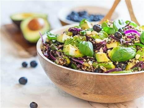 Lyxig quinoasallad med blåbär, avokado och edamamebönor