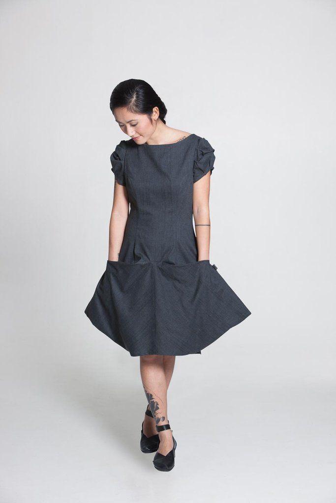 Jo klassikoksi muodostunut Taukon PicnicLeija-mekko sopii hämmästyttävän monelle eri vartalotyypille nerokkaan leikkauksensa ansiosta. Mekkoa voi hyvin käyttää arkena, mutta se muuntuu sopivilla asusteilla myös todella juhlavaksi. Sopii hienosti myös eri ikäisille naisille. Laskeutuvien hihojen ansiosta mekkoa voi käyttää myös neuletakkien ja jakkujen alla tai sitten alle voi lisätä esim. trikoopuseron tai ohuen neuleen lämmittämään talvella. Sopii yhteen niin tennareiden, saappaiden…