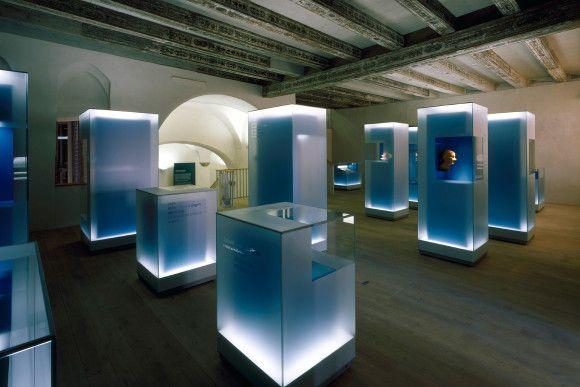 http://www.bundesregierung.de/Content/DE/Pressemitteilungen/BPA/2012/04/bilder/2012-04-18-schlesisches-museum.jpg?__blob=poster=3 // me encanta la profundidad del doble cristal y la luz