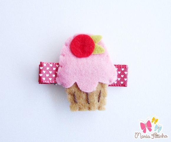 Presilha - Bico de Pato - Cupcake de Feltro - Cor-de-Rosa  Gracioso cupcake de feltro costurado a mão enfeita esse acessório super divertido, que tem como base a presilha bico de pato, encapada com fita de gorgurão estampado. Um mimo, não?  Medidas: Cupcake: L: 4,5 cm - C: 3 cm (aproximadamente) Base Bico de Pato: L: 1,5 cm - A: 1 cm - C: 5 cm R$ 5,00