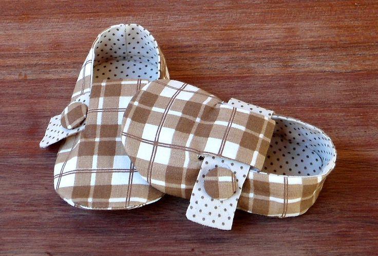 Sapatinho totalmente em tecido 100% algod�o. Fechamento em velcro para melhor ajuste ao pezinho do seu beb�. Detalhe botao lateral forrado. <br> <br>Informa��es de tamanhos: <br>0-3 meses - 9,5 cm de comprimento / corresponde aproximadamente � numera��o 14