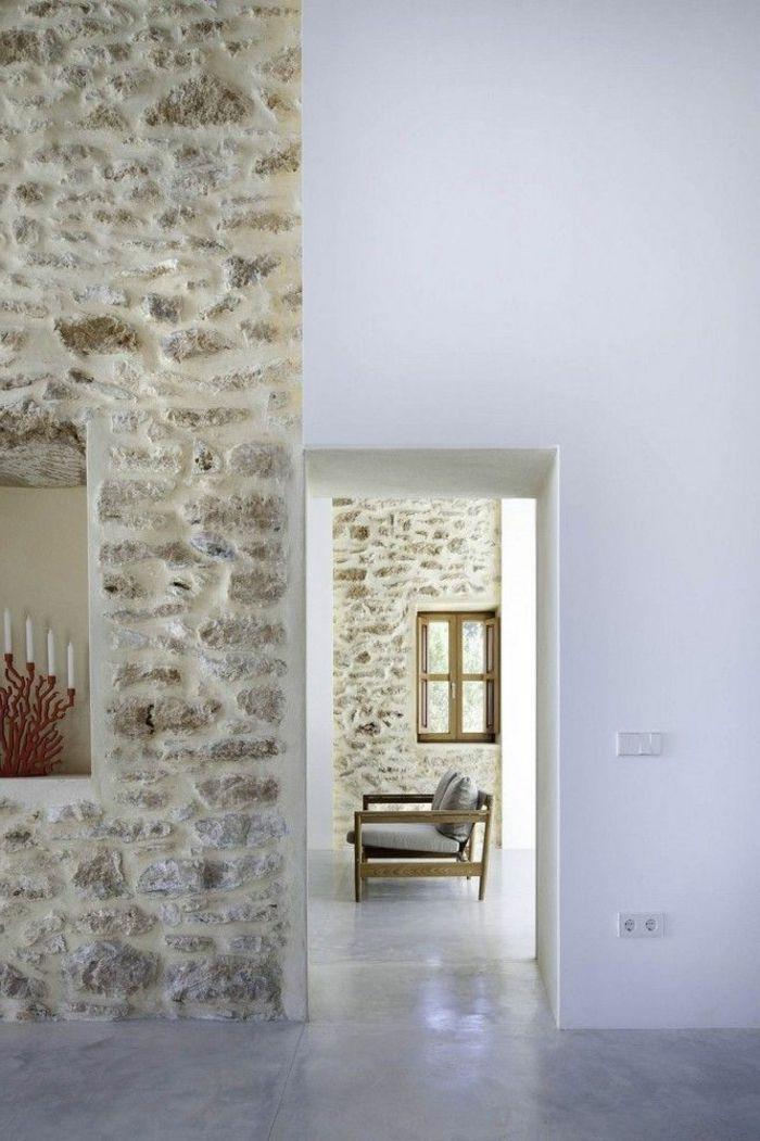 jolie maison avec mur en fausse pierre et sol en beton cire