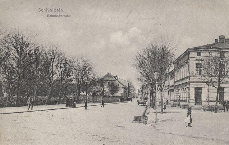 Widok na Bahnhofstrasse, obecną ul. 3-go Marca. Po prawej widoczny charakterystyczny narożny budynek w którym obecnie mieści się apteka.