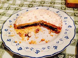 La Spongata è una torta con una base di pasta simile alla pasta brisée riempita con marmellata di mele e pere, frutta candita, pinoli e mandorle, e ricoperta da un secondo strato di sfoglia. Questo viene bucherellato fittamente per facilitare la cottura, in forno, ed infine modellato con uno stampo di legno.