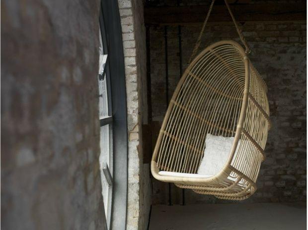 """Résultat de recherche d'images pour """"fauteuils suspendus osier devant mur pierre"""""""