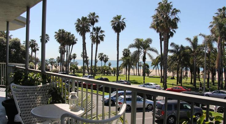 Bayside Hotel Los Angeles Santa Monica Pier and Pacific Park are within 15 minutes' walk of Bayside Hotel. This hotel offers a sun terrace with gardens and modern rooms with free WiFi.  A flat-screen cable TV and a coffee machine are provided in each room.