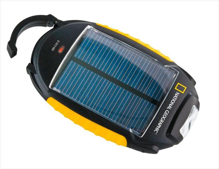 El cargador solar 4 en 1 de National Geographic ofrece cuatro opciones de iluminación: linterna LED, función SOS, luz 50% y luz 100%. Además, incluye conectores para la mayoría de los teléfonos móviles, así como un adaptador de corriente USB.