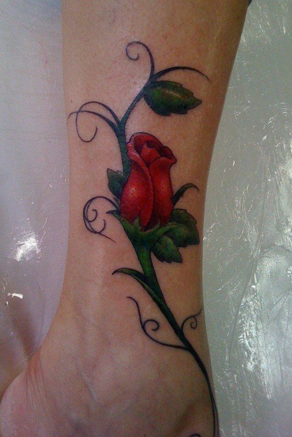 Semplice tatuaggio di una rosa.