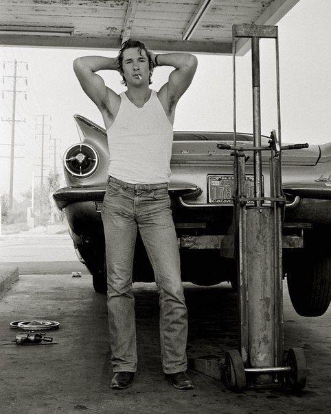 Однажды в 1978г. на заброшенной заправке фотограф Херб Ритц встретил симпатичного молодого человека — начинающего и никому неизвестного тогда актера Ричарда Гира.  Ритц заметил в парне нечто особенное и предложил ему сделать несколько снимков. На этих черно-белых фотографиях Гир запечатлен на фоне сломанного бьюика в белой майке, потертых джинсах, с сигаретой во рту и с запрокинутыми за голову руками.  Именно эти снимки стали для Гира пропуском в мир киноиндустрии.
