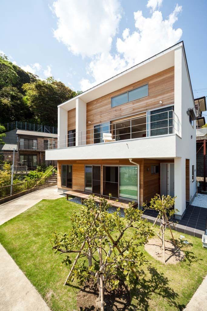 神奈川県でデザイン住宅を注文住宅で提案するMDA円徳建工が、横須賀市浦賀に建築した海を一望できる注文住宅の作品事例です。大きな全開口サッシのある2階リビングからは太平洋が一望できます。オーダーメイドの造作で製作した壁面収納も魅力です。