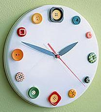 Divertido reloj de pared reciclado con botones