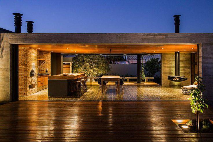 O projeto do MF+ Arquitetos tem influência da arquitetura modernista brasileira, com muito concreto e madeira