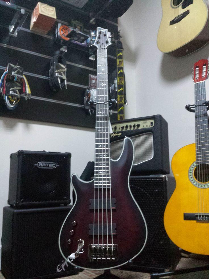 Exclusive Bass Schecter 5 cordes gaucher chez RockMa. Fabriqué chez Schecter pour Rock.ma!