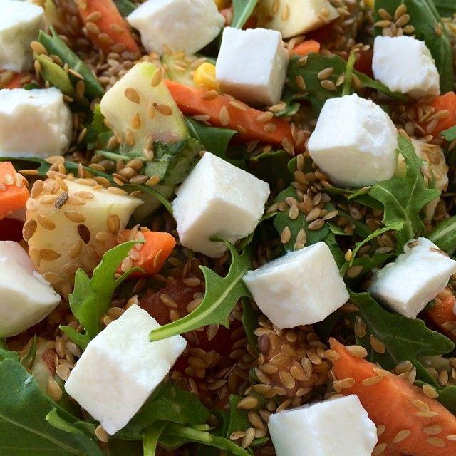 Salada com Queijo fresco e Sementes de linhaça.