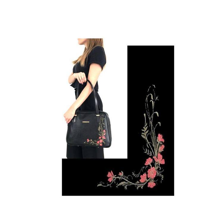 Bolso 8401 en cuero vacuno grabado damasco com detalles bordados florales. Disponible en nuestras tiendas: Parque Colina, Unicentro, Santafé,Palatino,Titán Plaza, Gran Estación, Salitre Plaza y tienda online: http://bit.ly/Bolso8401 #marruecos1986 #purocuero #realleather #handmade #hechoamano #fashion #bolsos #bolsocuerobordado #stylish #handbags #handbagsaddict #handbagoftheday #baglovers #fashionblogger #fashionpost #fashiongram #fw2016 #fashiondesigner #shoulderbags #fashiondesign…