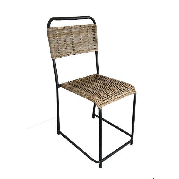 Deze stoel is gemaakt van rotan en ijzer en beschikt over een zwart met naturel kleur. De stoel is 84 cm hoog, 47 cm breed en 40 cm diep.