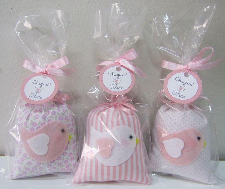 Lembrancinha de Maternidade - sachê tema Passarinho <br> <br>Medidas aproximadas: 10cm x 7cm <br> <br>Com cheirinho de sabonete para bebê <br> <br>Acompanha embalagem: saquinho + fita de cetim + tag personalizada