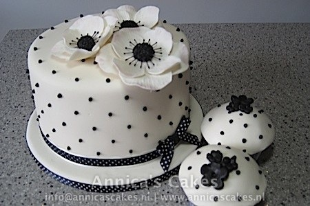 Black and white anemone wedding cake and cupcakes.   Zwart, wit anemonen Bruidstaart en cupcakes