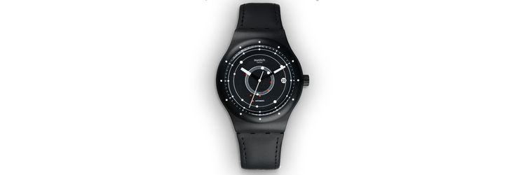 Un chassé-croisé graphique de noir et blanc apposé de chaque côté de ce cadran innovant, à découvrir en exclusivité au pop-up store Swatch des Champs-Élysées.