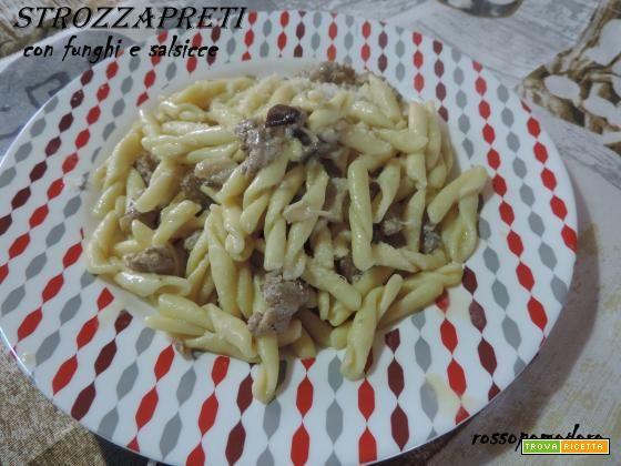 Strozzapreti con funghi e salsicce  #ricette #food #recipes