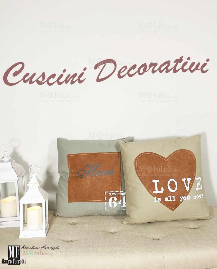 Cuscini Decorativi per Divano  in cotone, con applicazionicucite in similpelle e romantiche scritte in inglese. Scopri le eccezionali ed esclusive promozioni su Mobilia Store