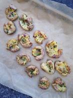 Deze geplette krieltjes oftewel smashed potatoes zijn een lekker bijgerecht voor bij een stukje vlees of vis. Lekker met allerlei soorten kruiden. recept op Cookingdom.nl via bron
