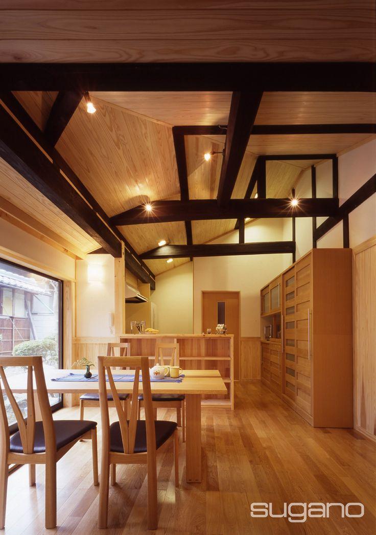 古民家再生。古い町屋の納戸と浴室があった場所に、家族が集えるLDKをつくりました。天井に現れた梁を見て「こんな木が使われていたなんて!気づきませんでした」とお客様。 和風建築/和風住宅/古材 菅野企画設計