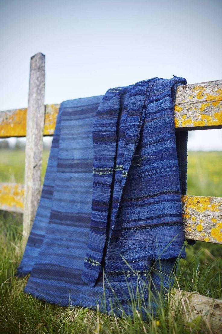 SOM NYA. Fynda trasmattor på loppis och färga dem efter tycke och smak. De här blev denimblå. Textilfärgen fäster på naturfibrer som bomull och lin, däremot inte på syntetmaterial. På den högra mattan blev det därför en ljusgrön rand, en fin kontrast till det blå.