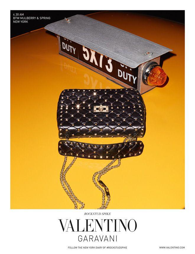 「ヴァレンティノ(VALENTINO)」が、写真家のテリー・リチャードソン(Terry Richardson)によって撮影された「ロックスタッズ スパイク」バッグの新ビジュアルを公開した。