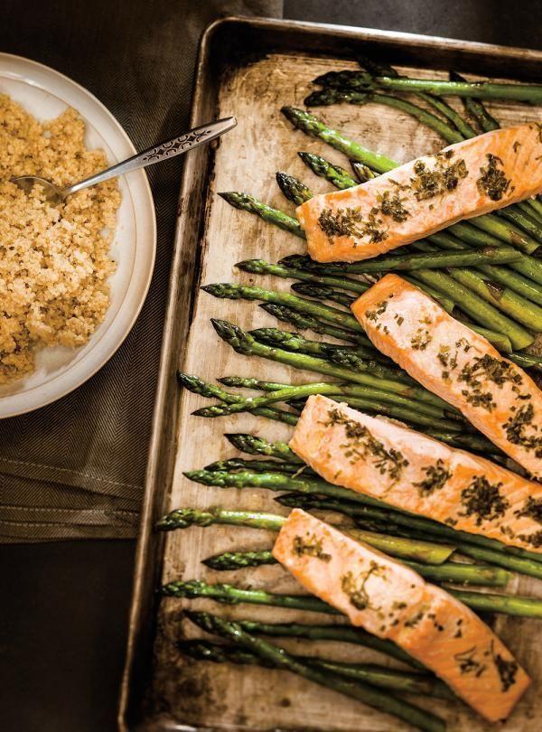 Recette de Ricardo de saumon aux herbes et asperges à la plaque