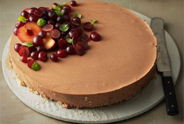 Suklaa-viskikakku ✦ Suklaa-viskikakku on aikuiseen makuun sopiva jälkiruoka. Tarjoa kahvin kanssa. http://www.valio.fi/reseptit/suklaa-viskikakku/