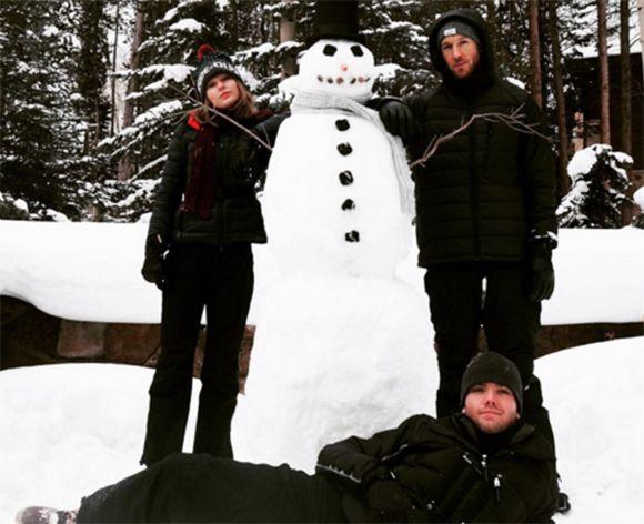 Taylor Swift fait un bonhomme de neige avec Calvin Harris | HollywoodPQ.com