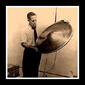 """Durante la década de los 1927 un notable ingeniero y físico llamado Thomas Thousand Brown desarrollo en secreto un artefacto extraordinario el que El denominó como """"Gravitor"""" que hacía posible controlar fuerzas electromagnéticas y utilizarlas a voluntad. Fue el primer hombre en lograr la anti-gravedad."""