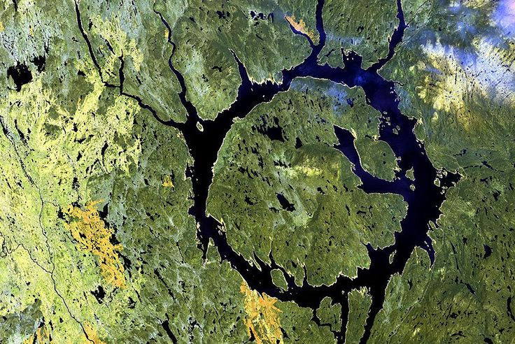 Strange lakes: lakes where the water is not the point LAKE MANICOUAGAN CRATER , COTE NORD , QUEBEC , CANADA