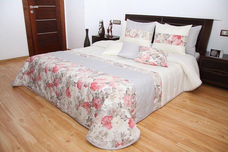 Narzuta pikowana na łóżko do sypialni koloru kremowo szarego w malinowe kwiaty