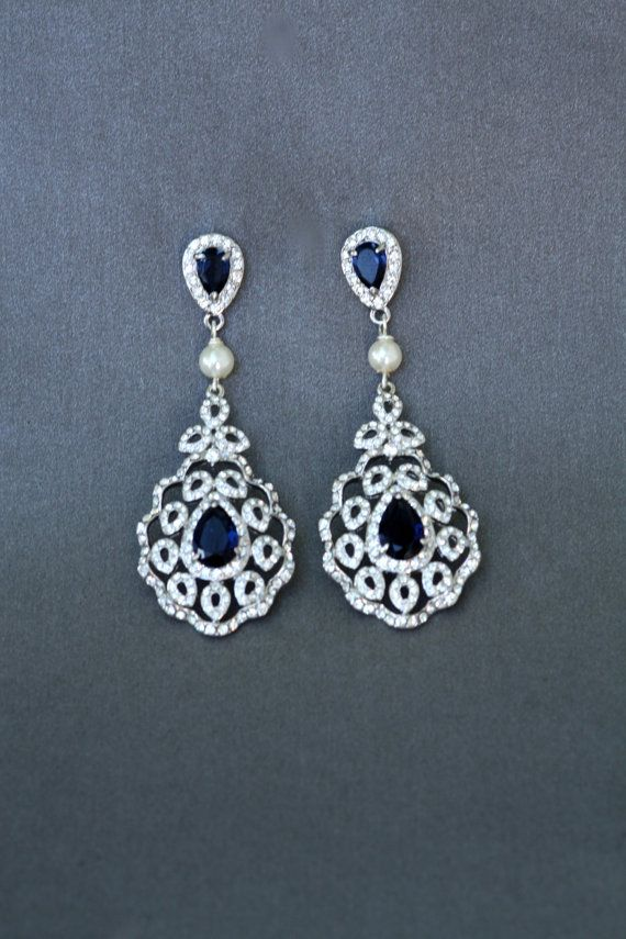 Boucles doreilles de cristal Hollywood Glam, fabriquees sett cristaux swarovski albums dans paramètres de lor blanc. magnifiques cristaux de saphir