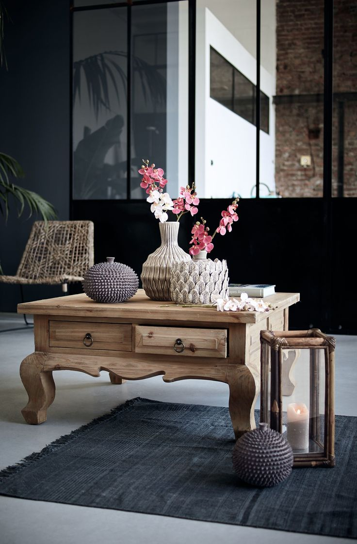 Vom Formenreichtum Indiens inspiriert: ein niedriger quadratischer Tisch mit geschwungenen Beinen und vier Schubladen.