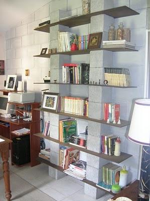 Biblioteca en bloques de cemento con estantes de pino envejecido