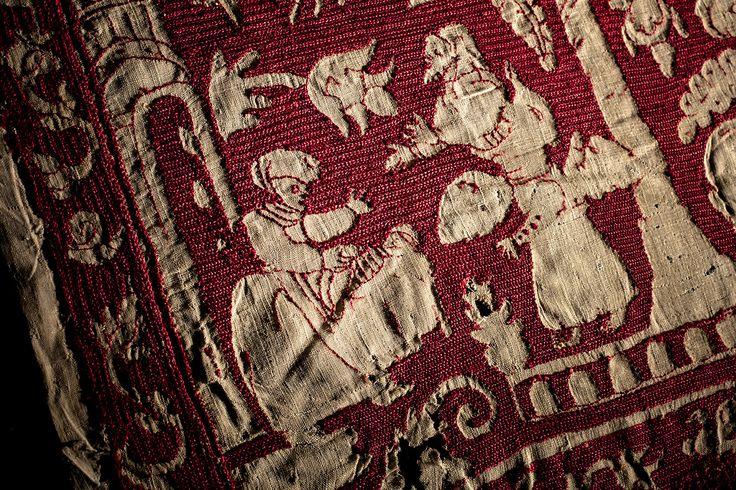 Frammento di ricamo, Europa settentrionale sec. XVII. Tela di lino. Ricamo: punto incrociato legato verticalmente, punto scritto a punto indietro in seta. Fragment of embroidery, Northern Europe 17th cent. Linen cloth. Embroidery: herringbone stitch reverse vertical, holbein embroidery with back stitch in silk. Ph. @leonardosalvini
